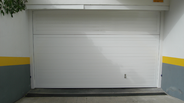 Puerta-plegable-aluminio-alistonada-blanca