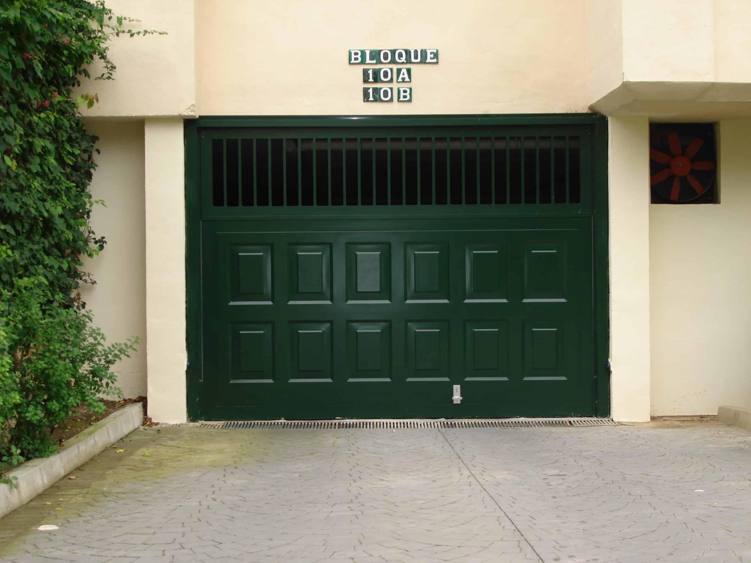 Puerta plegable aluminio cuarteron y barrotes